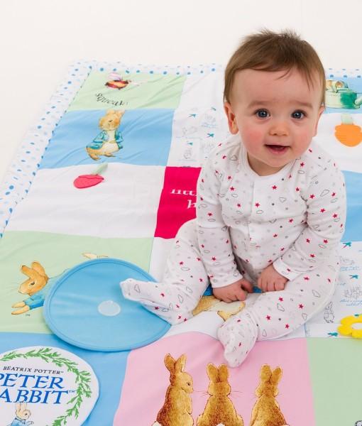 Rainbow Designs hraci deka s aktivitami Peter Rabbit b