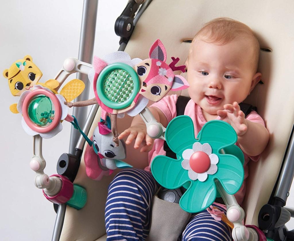 Zvýšení rodičovského příspěvku se má podle ministryně Michaely Maláčové (ČSSD) týkat všech rodin s malými dětmi. Na fotografii Tiny Love hrazda na kočárek Tiny Princess Tales