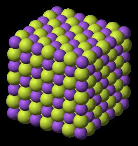 Struktura krystalové mřížky fluoridu sodného. Zubní pasty jej často obsahují jako účinnou složku v boji proti zubnímu kazu. Zdroj: Wikipedia