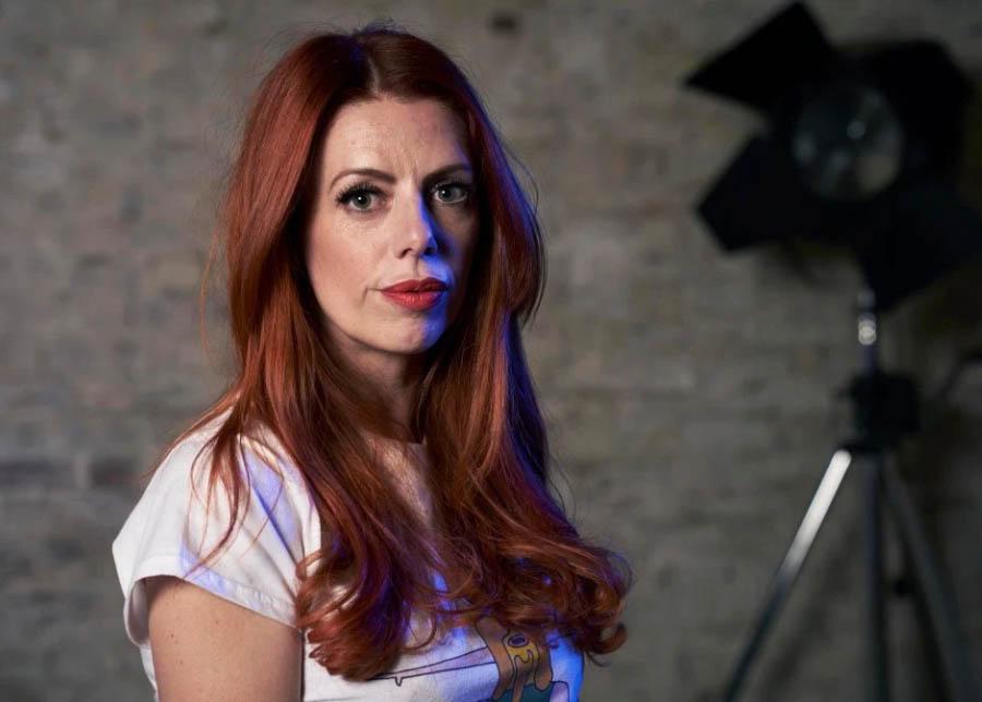 """""""Po shlédnutí některých scén z erotické internetové produkce jsem plakala,"""" říkla další z postav nového seriálu. Zdroj: Channel 4"""