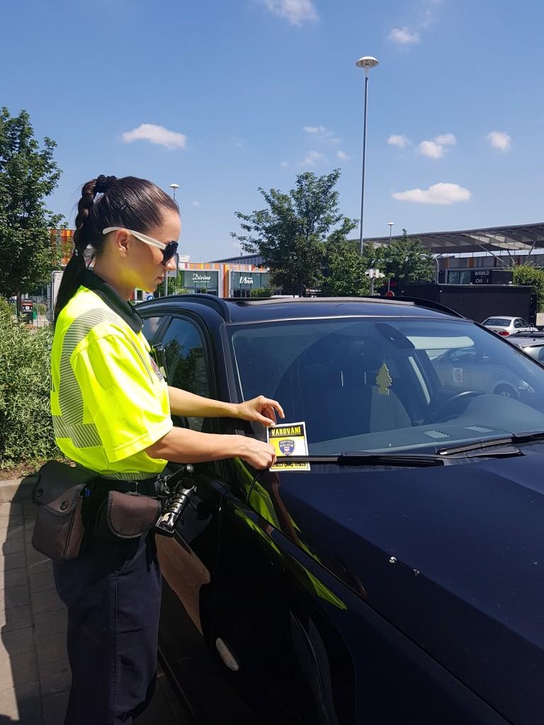 Namátková kontrola na parkovišti. Zdroj: Městská policie Brno