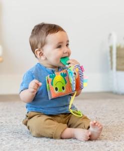 Infantino zavesna textilni knizka b